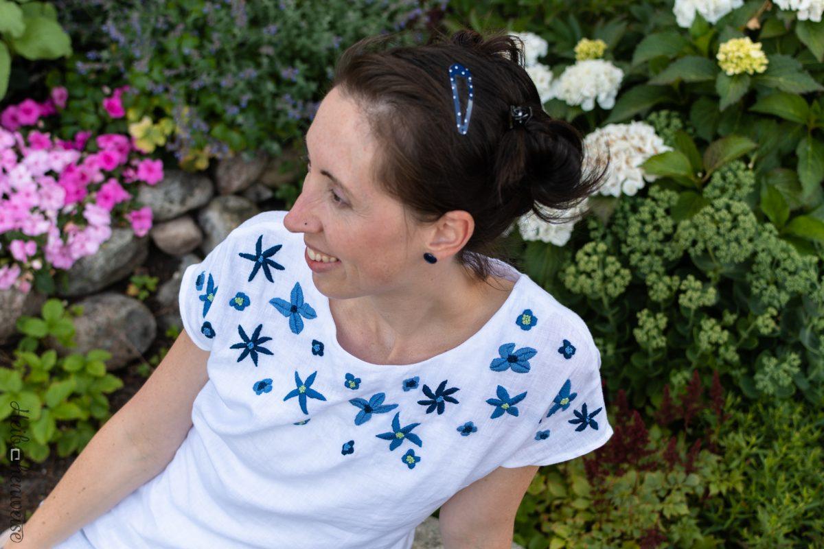 Blaue Blumen auf Basic Bluse!